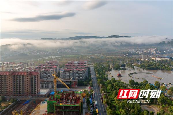 2月14日,湖南省永州市东安县城区,云雾下的山脉犹如一幅水墨山水画。