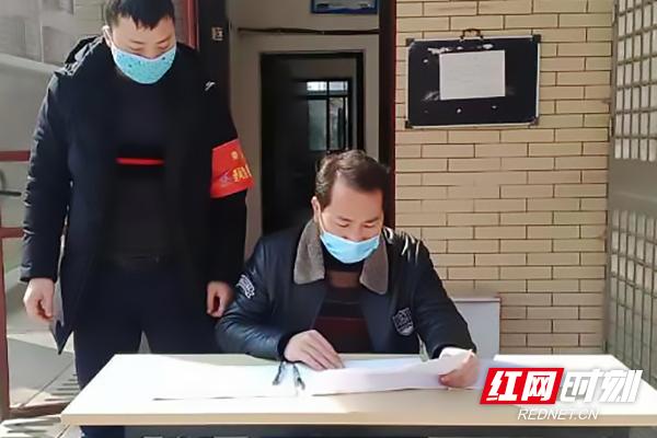 邓介眉(右一)在小区巡查防疫工作.jpg