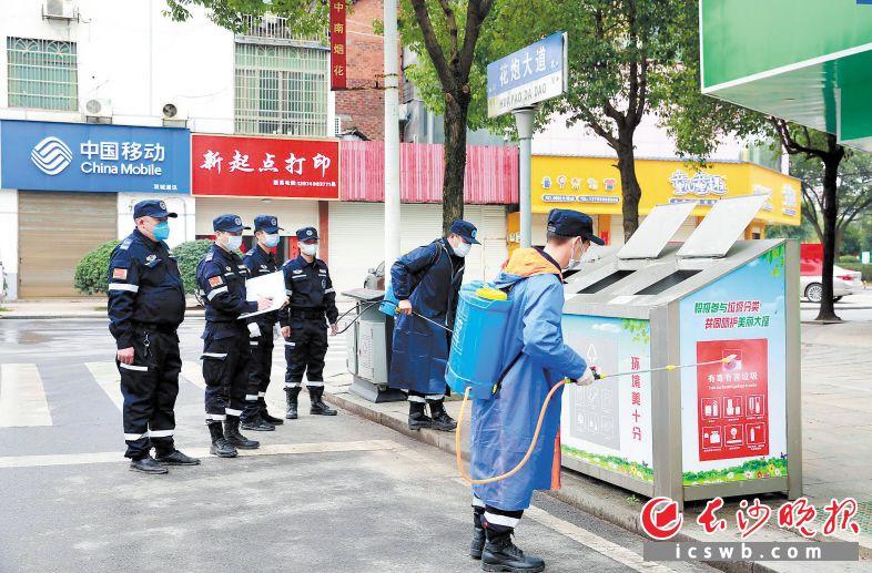 大瑶义警对广场、楼盘小区、敬老院、村(社区)等场所进行消毒。大瑶镇政府供图