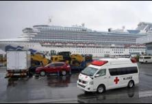 """新冠肺炎疫情·""""钻石公主""""号邮轮乘客陆续下船 百余名中国乘客乘包机抵港"""