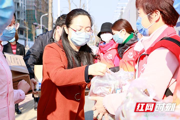 市团委联合吉大张家界学院附属医院为一线志愿者赠送中药汤剂