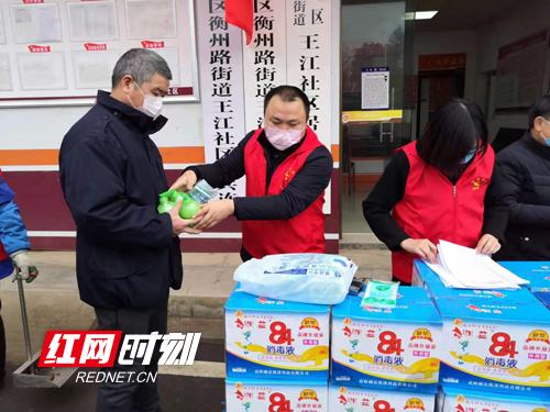 刘增科组织爱心人士捐款为居民免费发放防疫物资。副本.jpg