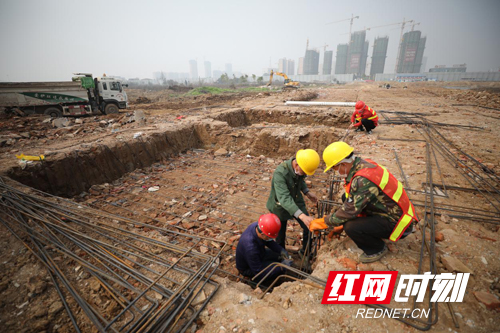绿地衡阳城际空间站项目工地看到,工人们正在进行承台、墩身和路基土方施工。副本.jpg