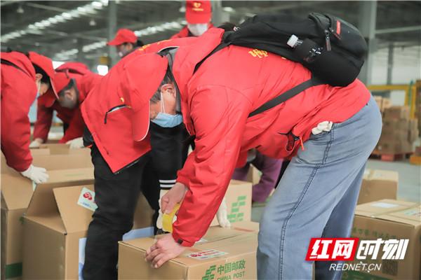 湘潭市莲城志愿者正在分装湘情关爱包物资2.jpg