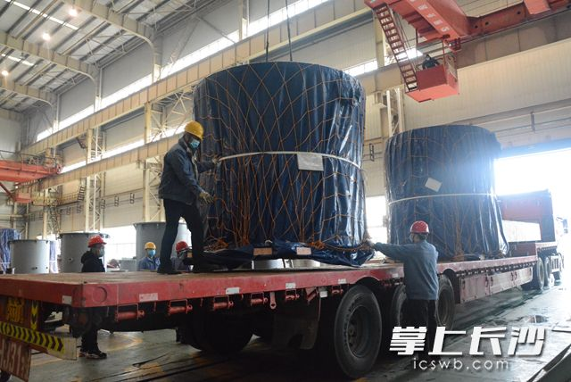3月2日,在湖南湘电长沙水泵有限公司总装车间,其生产的斜流泵产品陆续装车起运。岑军 摄