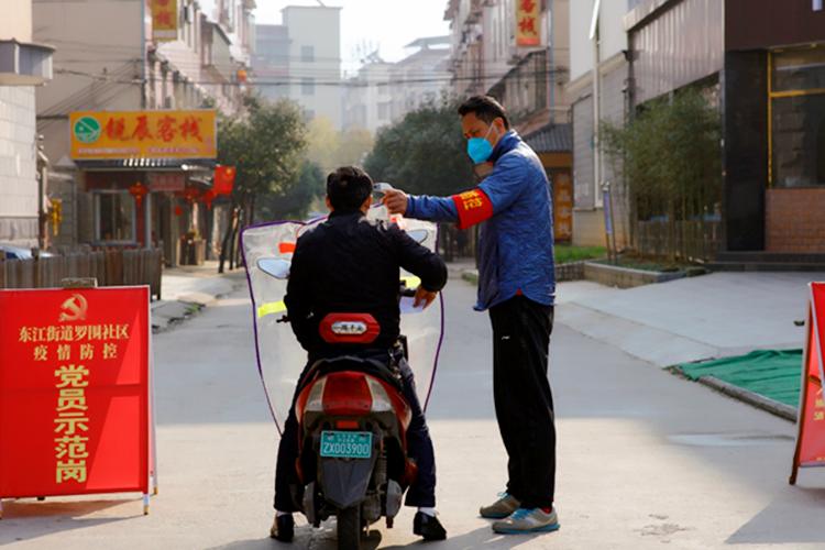 2月23日,市文體中心的李智給居民測量體溫。