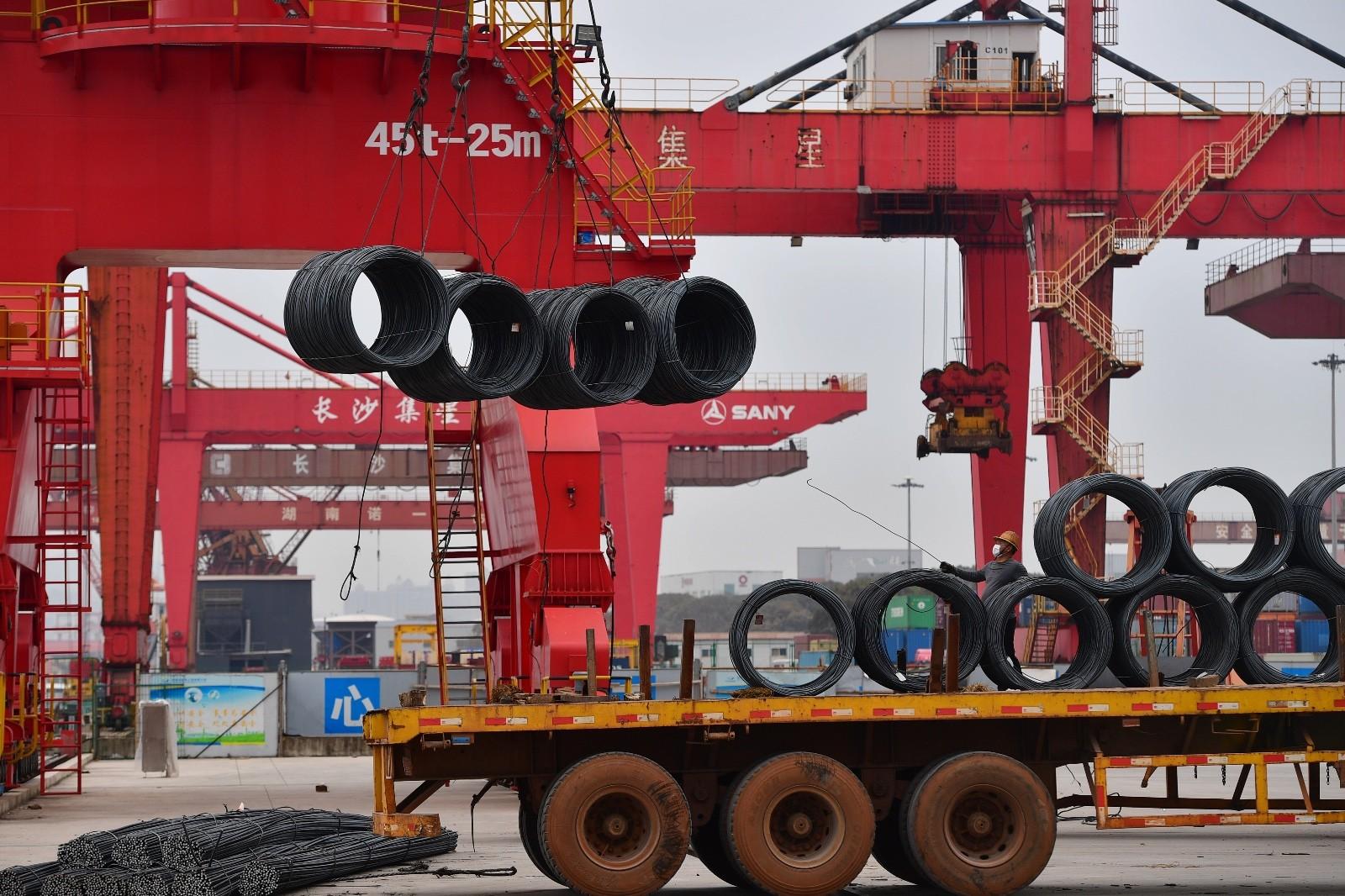 长沙新港码头生产作业一片繁忙。 长沙晚报全媒体记者 王志伟 摄