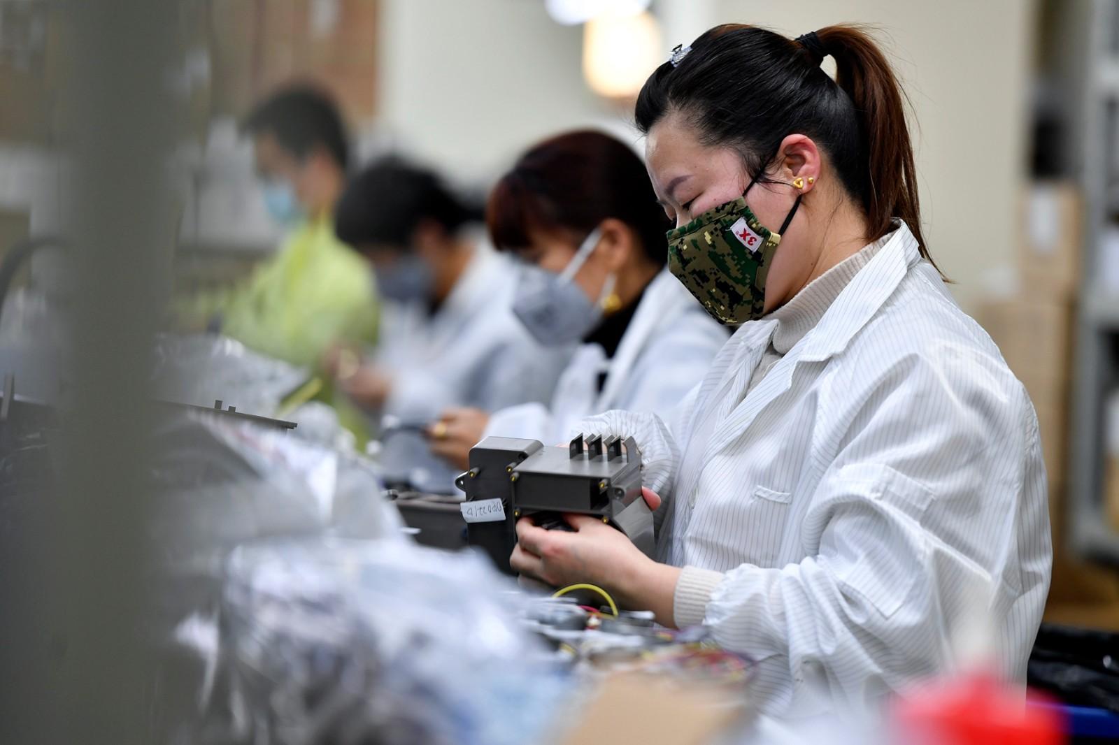 湖南明康中锦医疗科技发展有限公司生产车间内,员工们正忙着组装零部件。长沙晚报全媒体记者 王志伟 摄
