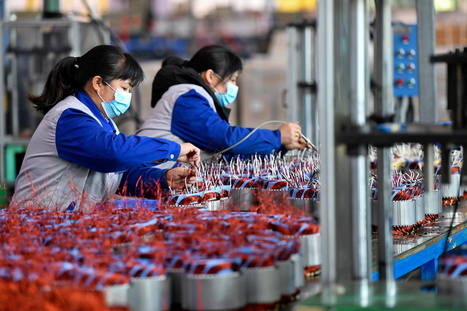 万鑫精工生产车间内,工人们在紧张生产。随着制造企业的相继复工,万鑫精工的减速机订单迎来了爆发式增长。 长沙晚报全媒体记者 王志伟 摄