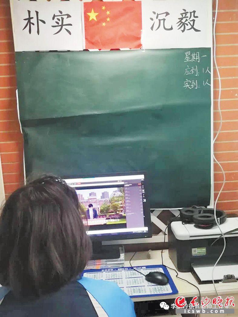 长沙一名初三学生家长为了增强孩子的仪式感,将书房改造成了教室。受访者供图