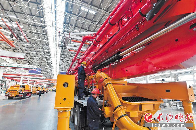截至3月16日,全市已复工规模工业企业达2562家。图为顺利复工后的三一重工车间。长沙晚报全媒体记者 王志伟 摄