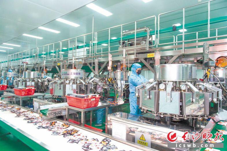 湖南金磨坊食品有限公司目前日产1.5万件产品,仍供不应求。图为洁净明亮的车间里产品源源不断下线。长沙晚报通讯员 张迪 摄