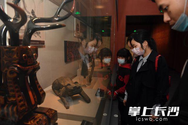市民在博物馆内参观。