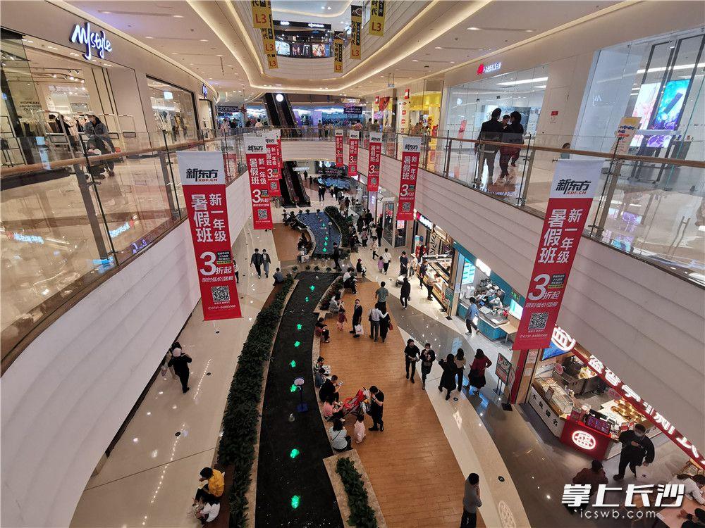 3月21日,步步高梅溪新天地内客流量已恢复到正常七成左右。长沙晚报全媒体记者刘捷萍 摄
