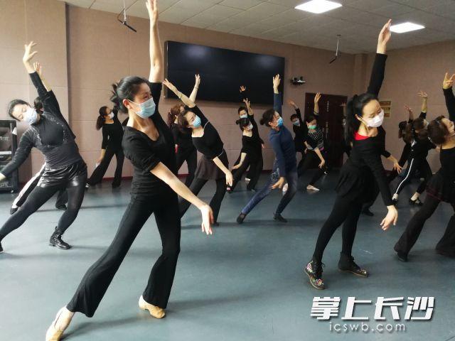 长沙群艺馆排练厅今起对群众文艺团队开放,图为凤传奇艺术团在排练。