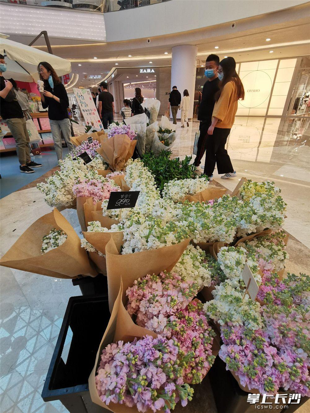 3月21日,步步高梅溪新天地鲜花促销活动吸引不少市民。