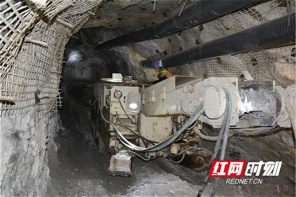 图为湖南黄金股份子公司黄金洞矿业机械化掘进现场_meitu_2.jpg