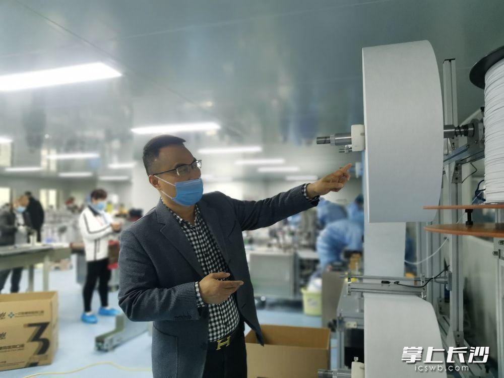 """国平口罩厂负责人李良平指着熔喷布说,这是口罩生产 的""""心脏""""。长沙晚报全媒体记者 王斌 摄"""