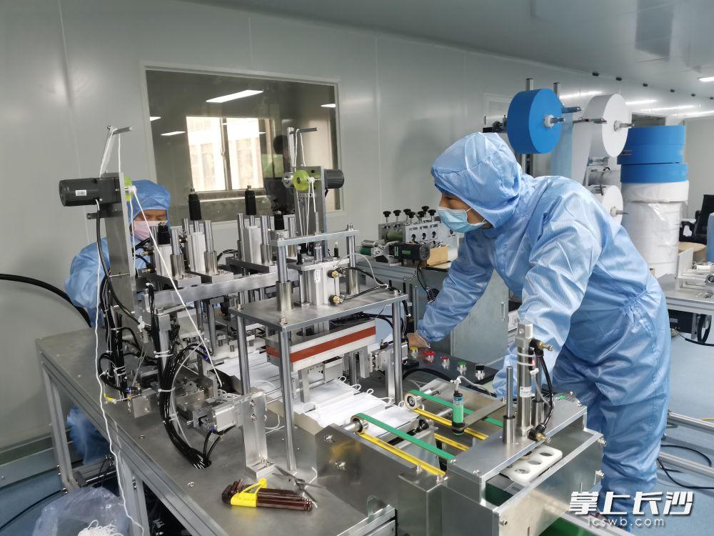 国平口罩厂工作人员对生产线运转情况进行检查。长沙晚报全媒体记者 王斌 摄