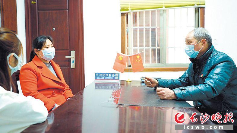 """退休村医廖松林(右)在乡村战""""疫""""中发挥了重要作用,现在又担当起了微网格长。泽鹏 摄"""