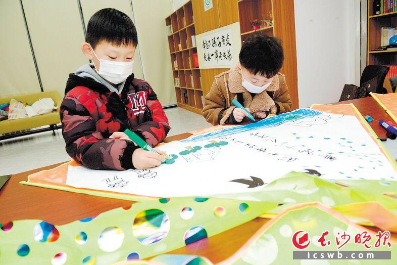 """在手制的""""思念风筝""""上,孩子们绘图或写下词句,表达对英烈、亲人的追思。                                    长沙晚报全媒体记者 陈飞 摄"""