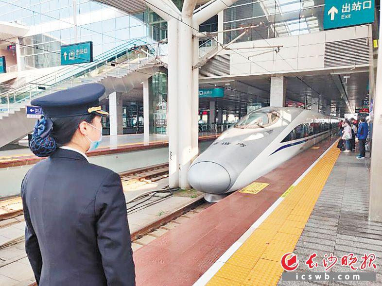 ←4月8日早上8时45分,G431次列车抵达长沙南,这是武汉解封后第一趟抵达长沙的高铁。  长沙晚报通讯员 张韬 摄