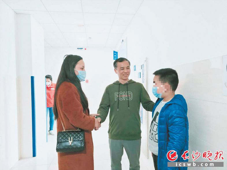 8日,张华(化名)和妈妈来到南华大学附属长沙中心医院,向戴勇表示感谢。  受访者供图