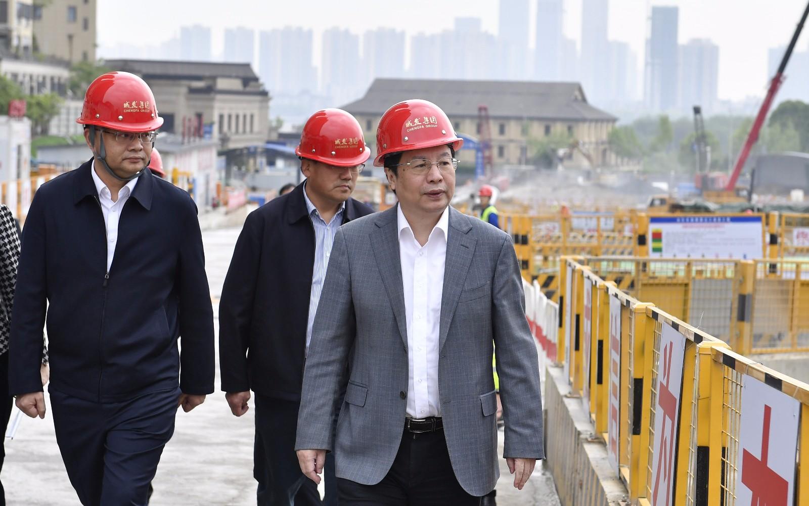 4月10日上午,省委常委、市委书记胡衡华调研重大基础设施项目建设情况时,深入湘雅路过江通道工程现场察看项目进展。长沙晚报全媒体记者 余劭劼 摄