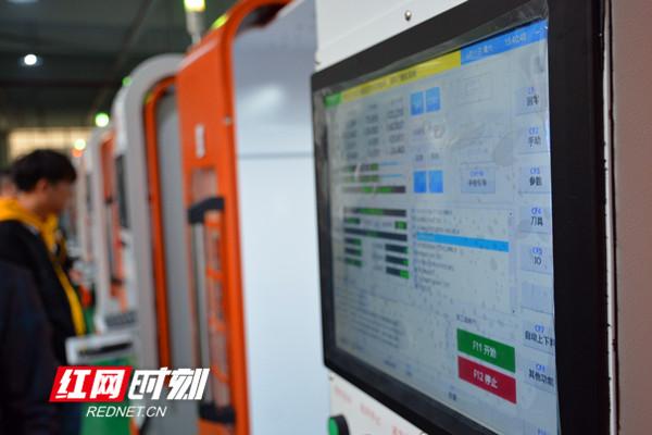 湖南源浩科技有限公司车间内,工人正在作业_副本.jpg