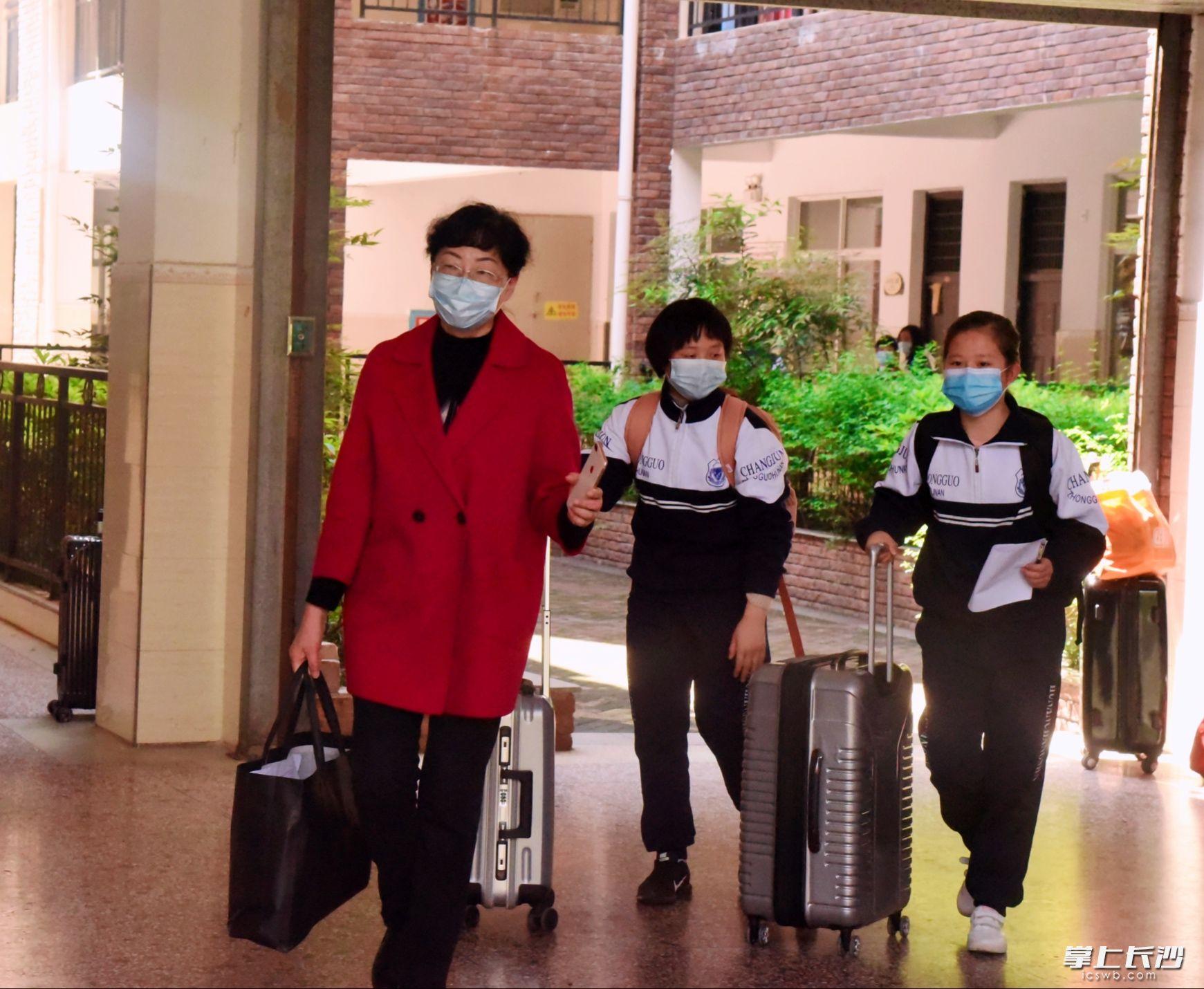 湘郡未来实验学校校长高晓苏在帮学生运送行李。长沙晚报通讯员胡思摄