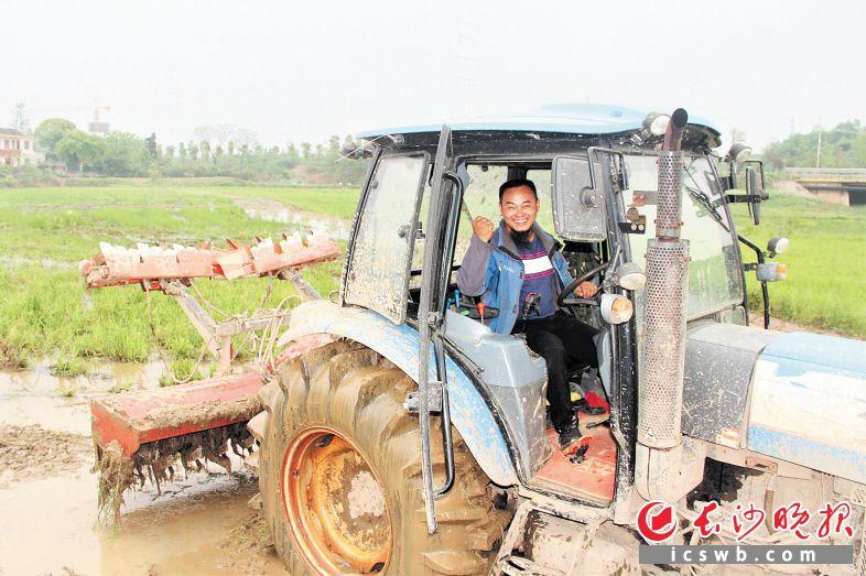 """身为农机合作社理事长的李凯,心里藏着""""泥土情结"""",喜欢驾驶农机在田里驰骋。  长沙晚报全媒体记者 张禹 通讯员 陈燕 摄影报道"""