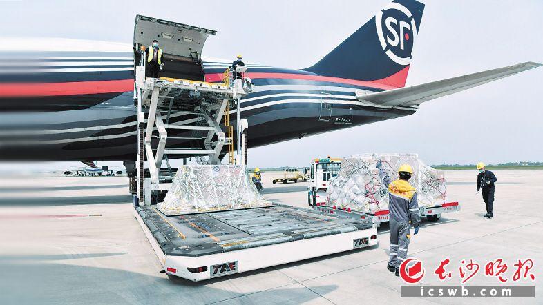 4月7日,一架满载防疫物资的波音747货运飞机从长沙黄花国际机场起飞,飞往比利时列日。 长沙晚报全媒体记者 王志伟 摄