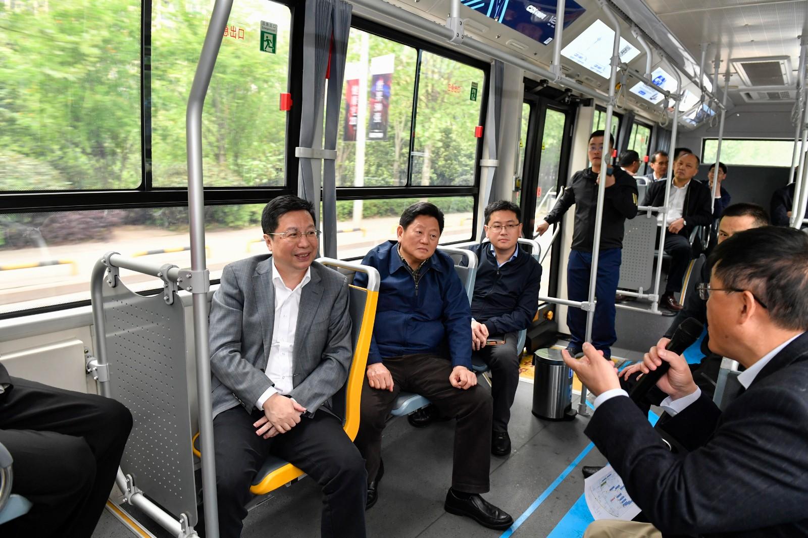 今天下午,省委常委、市委书记胡衡华到湖南湘江新区调研智能汽车产业,现场体验智能网联公交优先示范线。长沙晚报全媒体记者 余劭劼 摄