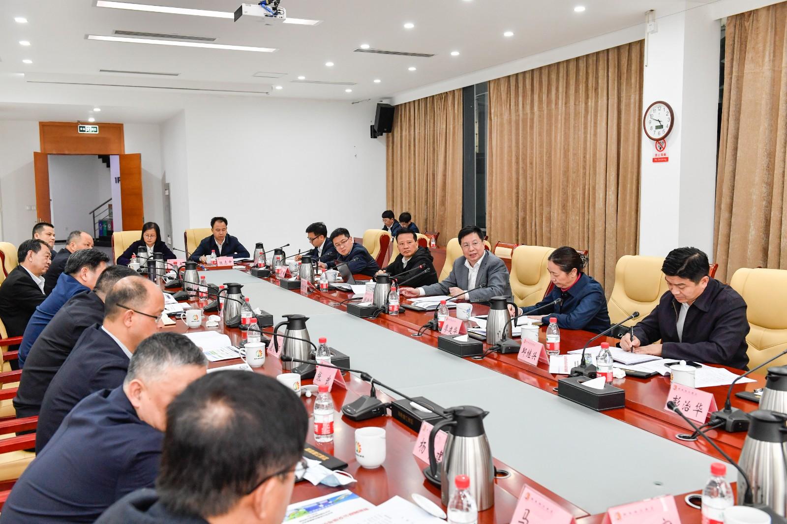 随后,省委常委、市委书记胡衡华围绕智能汽车产业发展主持召开座谈会。长沙晚报全媒体记者 余劭劼 摄