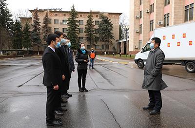 """驻俄罗斯使馆向在俄中国留学生发放""""健康包"""""""