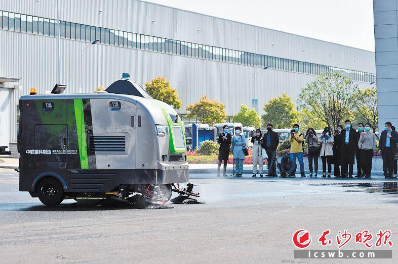 盈峰中联环境研发制造的环卫智慧保洁机器人一亮相,便成为全场关注的焦点。 长沙晚报全媒体记者 王志伟 摄