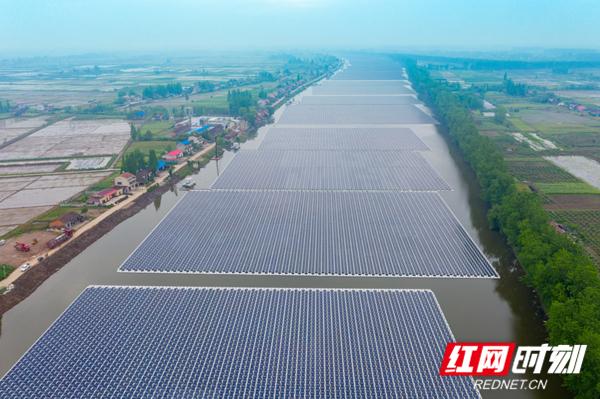 图4:该工程位于湖南省沅江市,安装光伏组件近28万块,装机容量100兆瓦,水域面积约2200亩,水域岸线长约8公里,是目前国内漂浮物最长的渔光互补光伏发电项目。.jpg