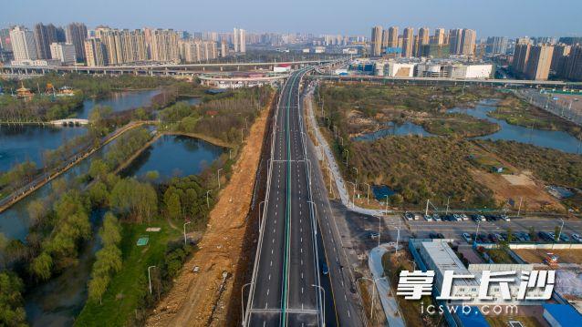 湘府路快改河西段洋湖大道段主线桥东西双向放开交通