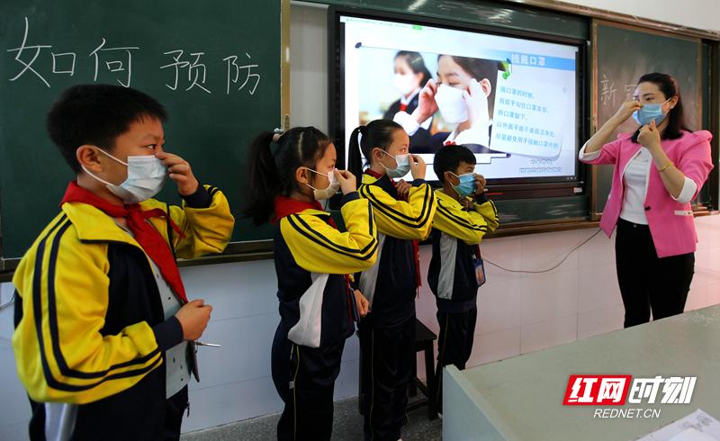 20200427夫妻性生活影片,免费在线观看的黄片,香港经典三级第十八完全小学开学疫情防控学戴口罩2.jpg