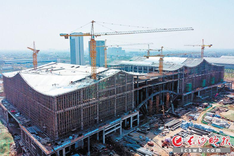 长沙国际会议中心主体结构日前正式完工,全面进入附属工程施工阶段。长沙晚报全媒体记者 王志伟 摄