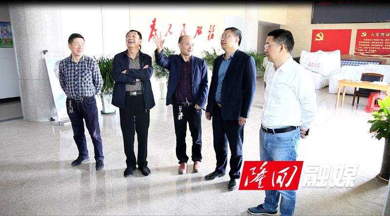 刘军(右二)、刘华中(右一)在查看信息平台的各项数据及运行情况.jpg