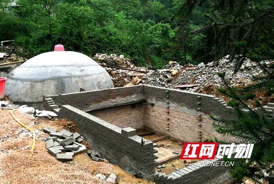 正在修建的养猪场环保设施.jpg