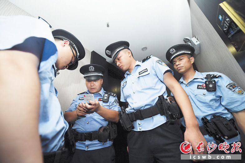 7日晚,在长沙县黄兴大道边的一家酒店里,民警对酒店住宿客人进行身份信息辨别和清查。  长沙晚报全媒体记者 黄启晴 摄