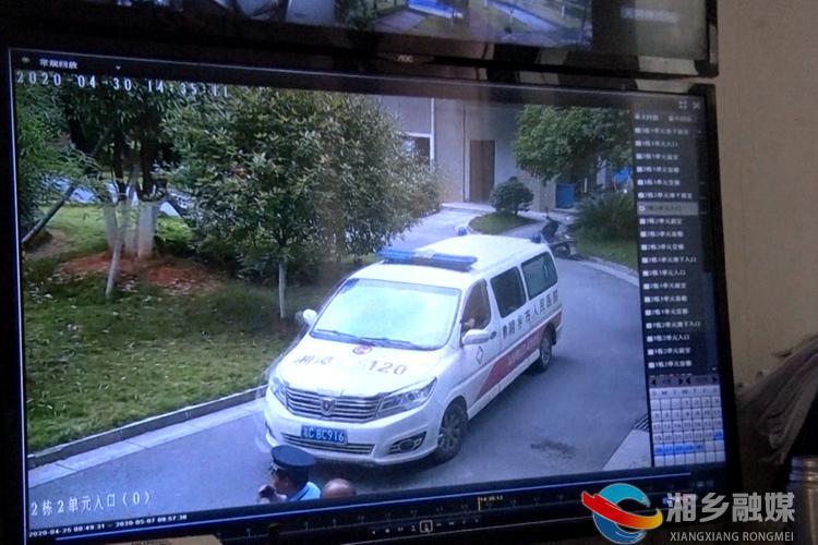视频监控中120救护车赶来救治伤者.jpg
