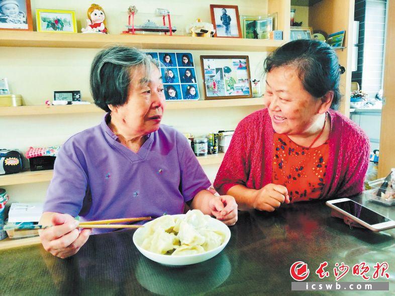 刘妈妈大赞梁妍(右)包的饺子可口。  长沙晚报全媒体记者 李卓 摄