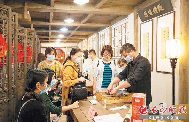市民在长沙市非物质文化遗产展示馆观看药用湘艾制作技艺展示。均为馆方供图