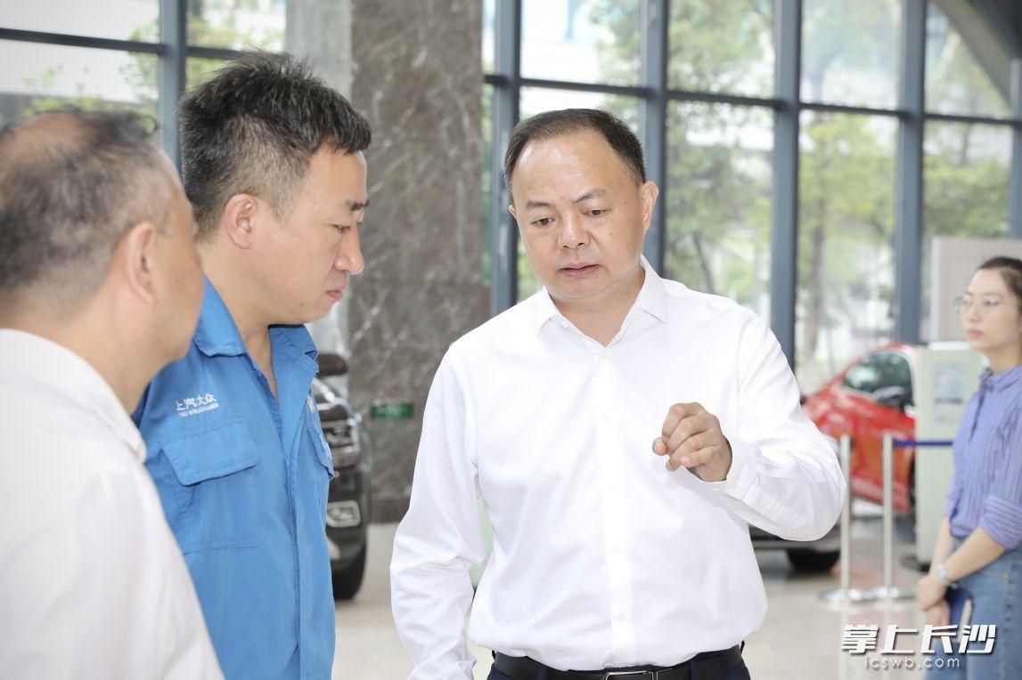 郑建新在上汽大众汽车有限公司长沙分公司的展厅参观。