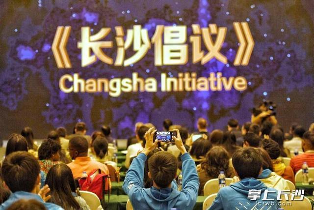 """参加第三届""""一带一路""""青年创意与遗产论坛的85国青年代表通过了《长沙倡议》"""