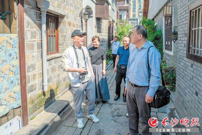 何立伟(左一)一行深读长沙历史步道首发段西园北里。
