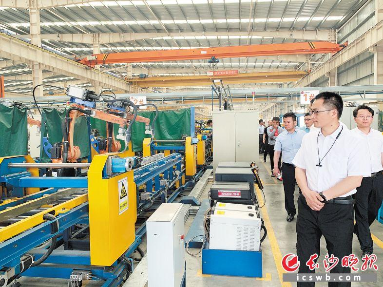 近百家企业代表参观晟通铝模的生产线。